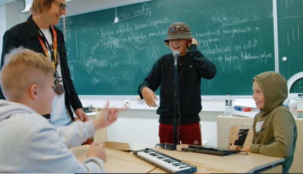 Musiikin oppitunti koulussa